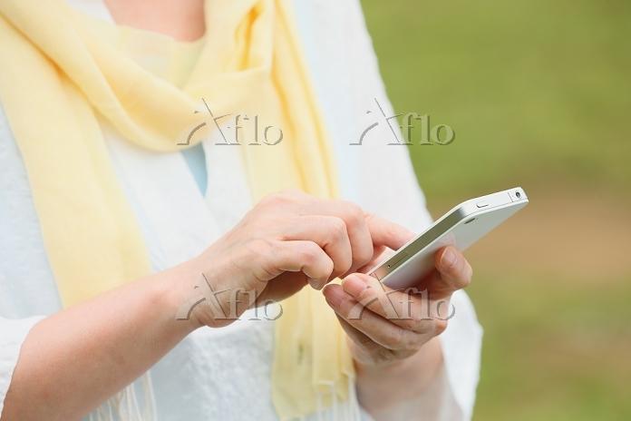 携帯を操作