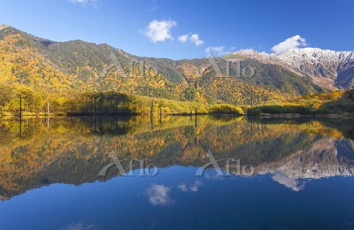 長野県 大正池に映る穂高連峰