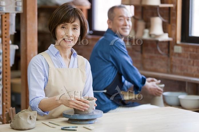 陶芸をするシニア日本人女性