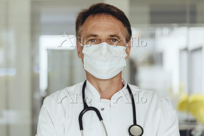 マスクを付けた医師