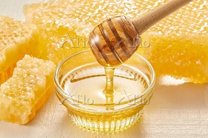 ハニーディッパーから垂れるハチミツ