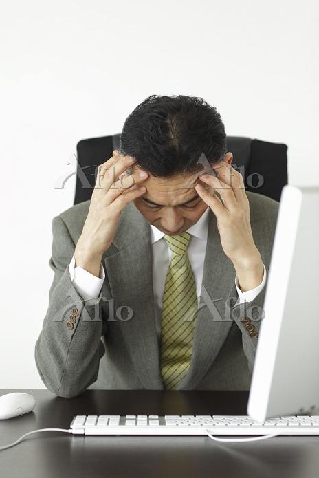 頭痛に悩む会社員