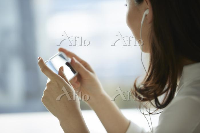 カフェでスマートフォンを操作