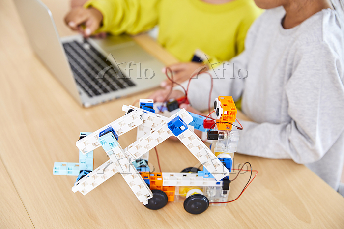 プログラミングを習う子供