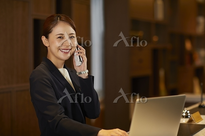 電話を掛ける日本人コンシェルジュ