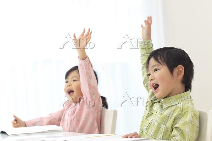楽しんで勉強をする日本人の子供達