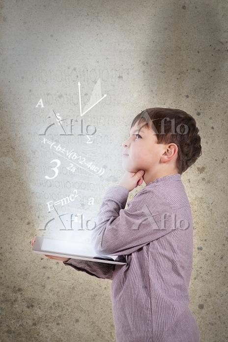 ドイツ タブレットを持って理科問題を思考する子供