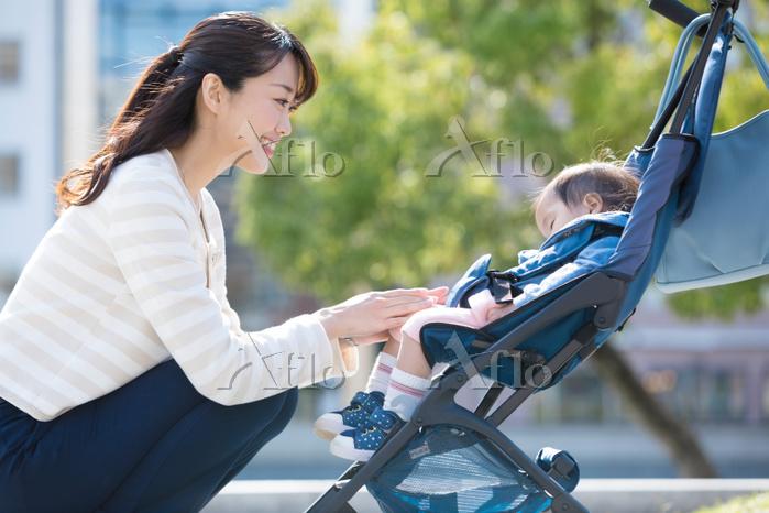 ベビーカーで寝てる赤ちゃんと日本人女性