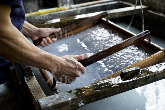 和紙漉きをする職人 日本の文化