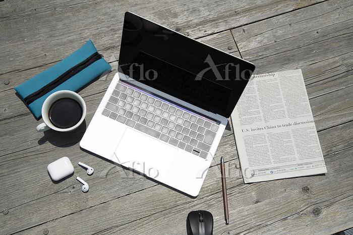 木製テーブル上のノートパソコンとビジネス小物