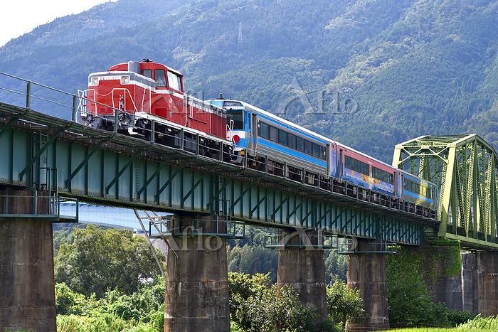 徳島県 土讃線 鉄橋を渡るDE10牽引訓練運転列車