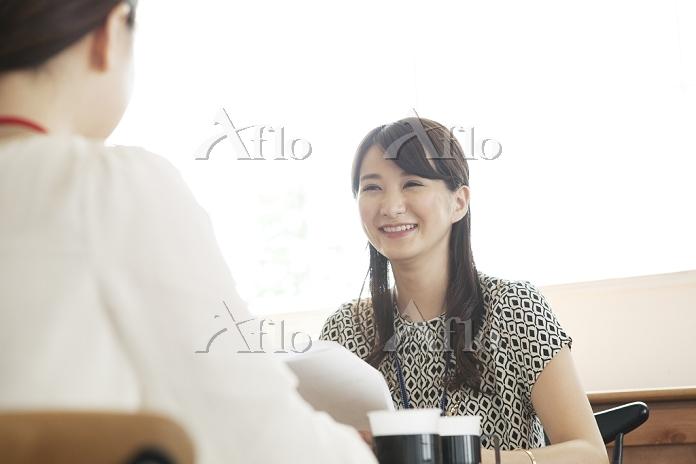 向かい合う20代日本人女性