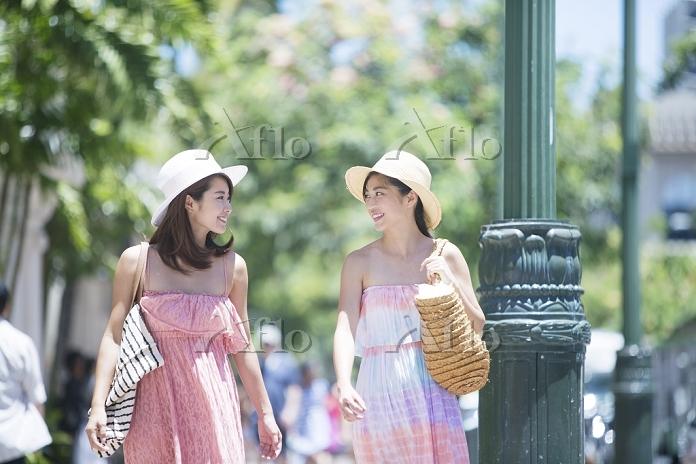 観光する20代日本人女性