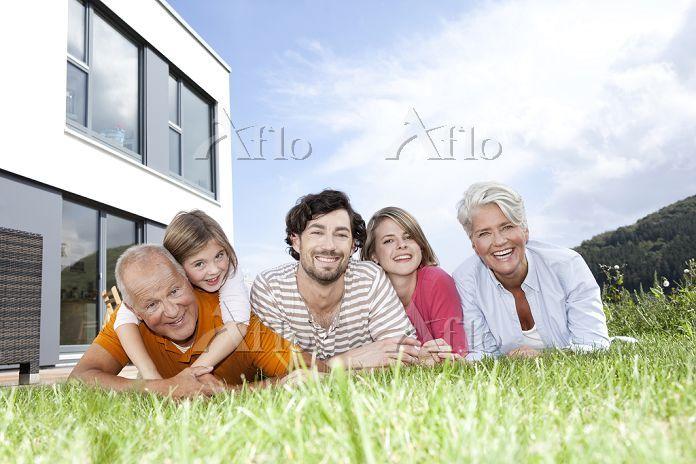 家の前に並ぶ日本人家族