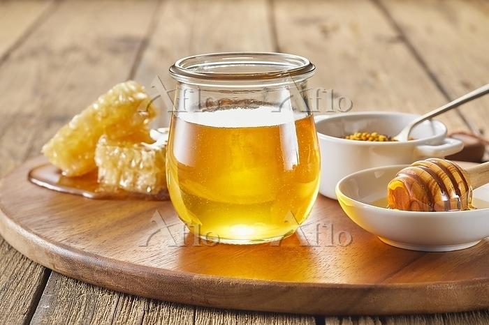 ガラスの器に入ったハチミツ