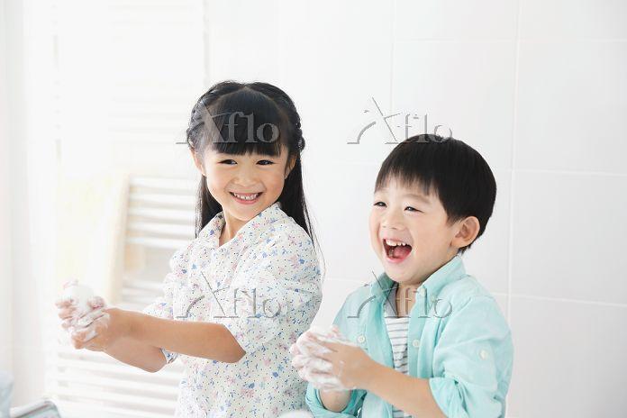 手洗いをする日本人の子供