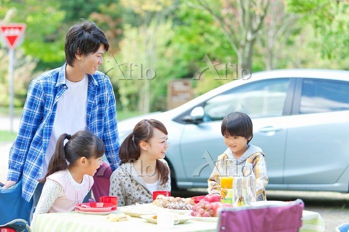 キャンプをしている笑顔の日本人家族
