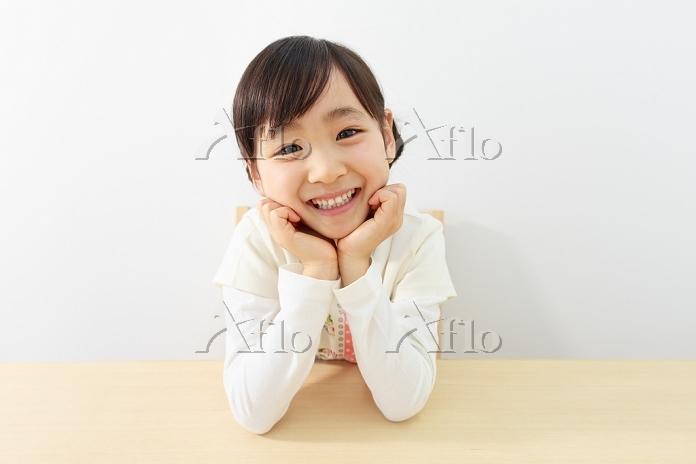 ほおづえをつく6歳の日本人の女の子