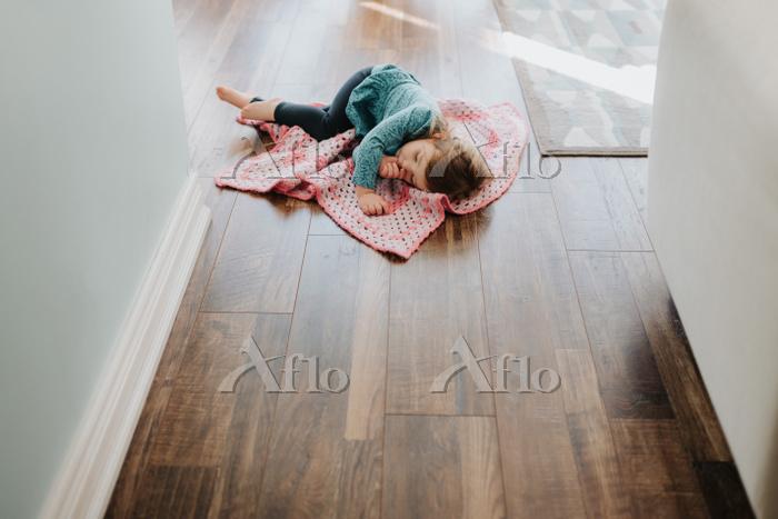 Female toddler asleep on secur・・・