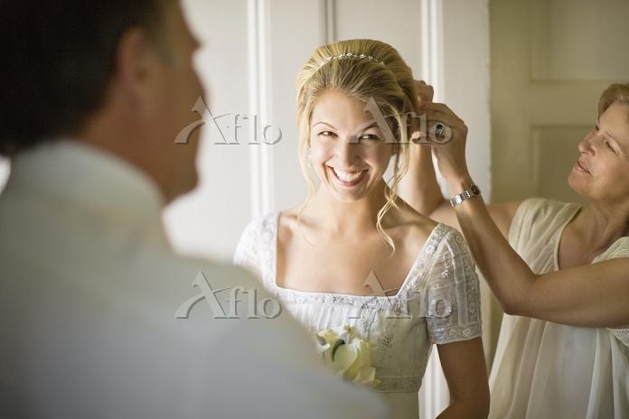 ウェディングを準備する花嫁と母親