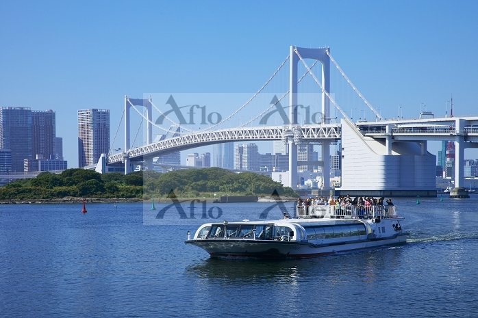 東京都 お台場 水上バスとレインボーブリッジ