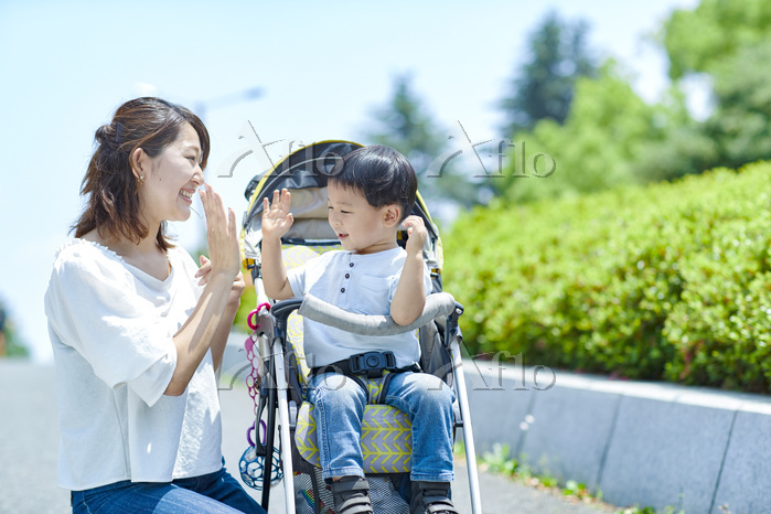 ハイタッチをする日本人親子