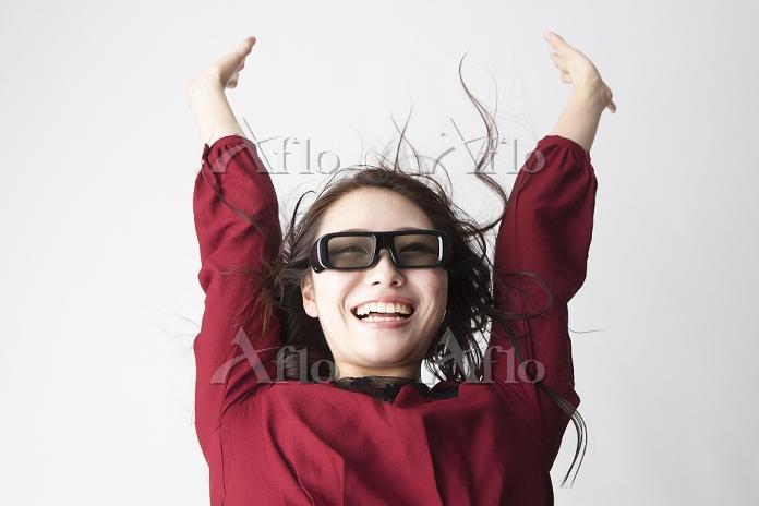 3Dメガネを掛けて喜ぶ日本人女性
