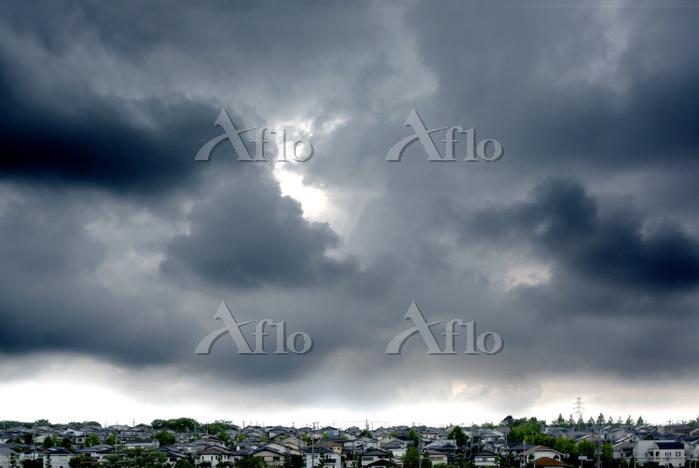 雨雲と住宅街