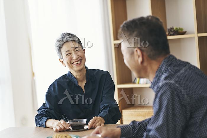 夫と話す笑顔の日本人シニア女性