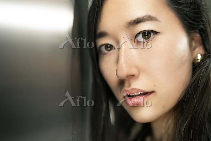Portrait of young woman with b・・・