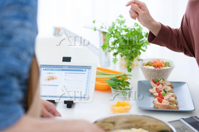 レシピを確認する男女