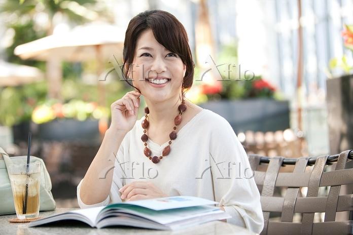 カフェで本を読む中高年日本人女性