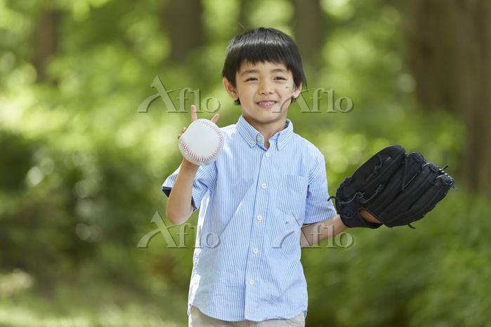 キャッチボールをする日本人の男の子