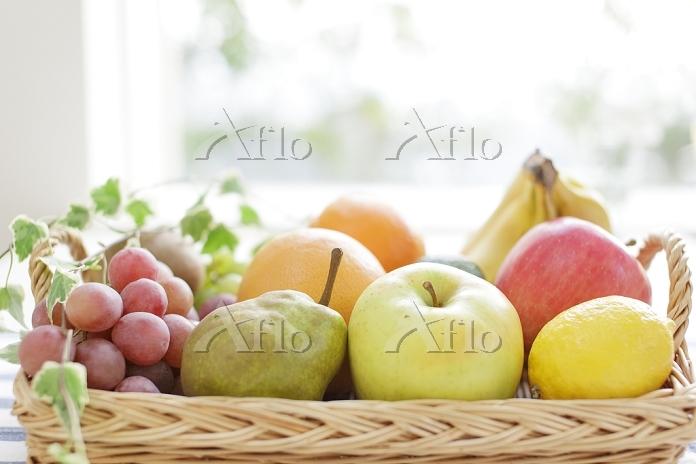 カゴに置かれたフルーツ集合