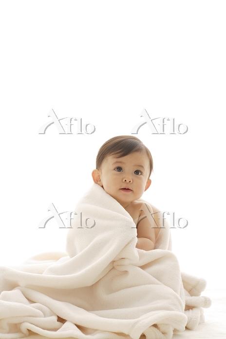 真っ白なタオルに包まれる裸の日本人の赤ちゃん