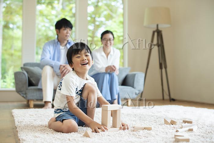リビングで積み木で遊ぶ男の子