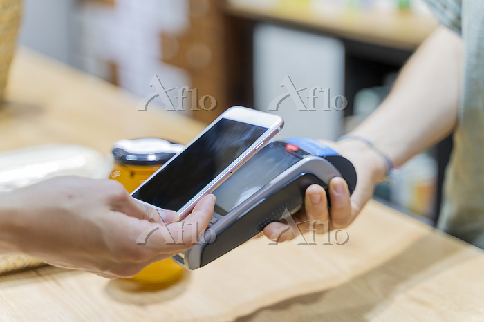 Customer paying cashless with ・・・