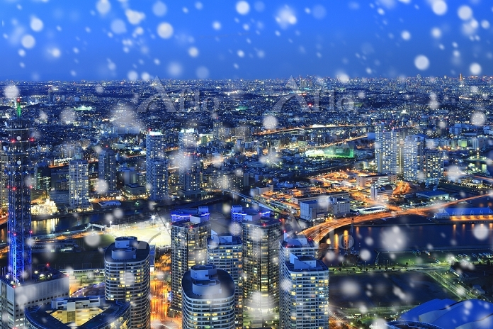 神奈川県 ランドマークタワーより望む雪降る都会の夜景