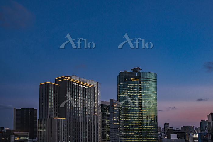 汐留の高層ビル群と夕暮れの空