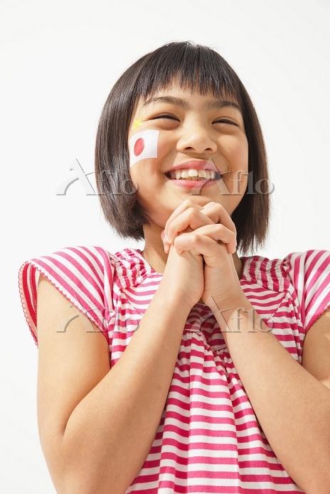 祈るサポーターの女の子