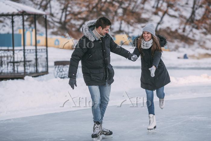 スケートをするカップル