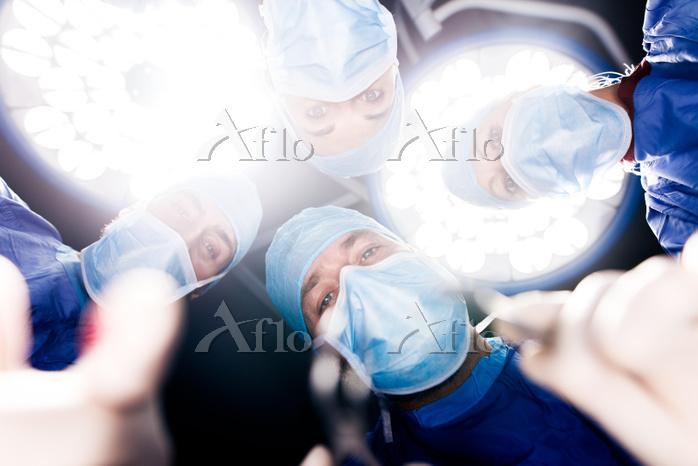 Team of surgeons operating und・・・