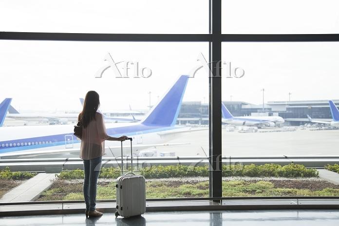 スーツケースを持つ日本人女性