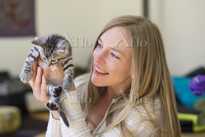 Young woman with kitten, Photo・・・