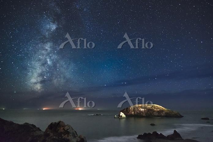 アメリカ合衆国 オレゴン州 海岸から見上げた銀河