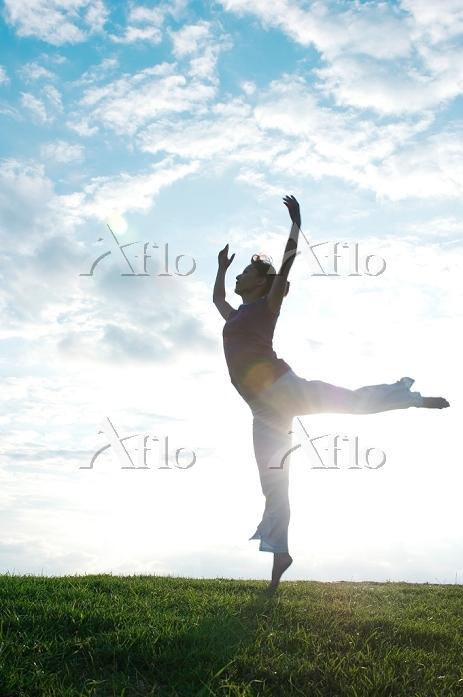 バレエを踊る日本人女性