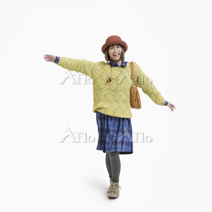 両手を広げる笑顔の日本人女性