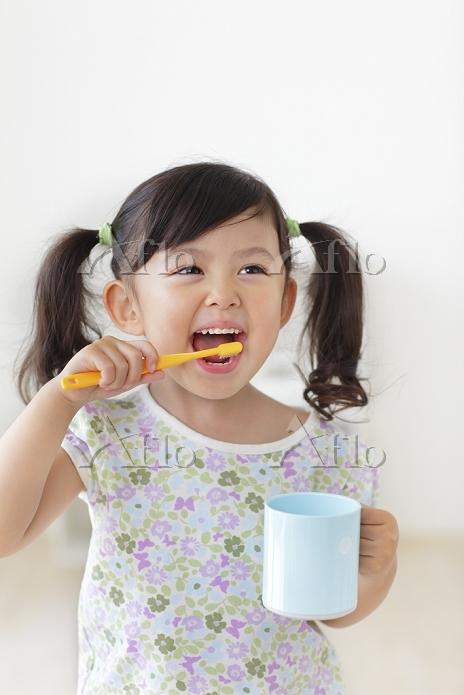歯磨きをする日本人の女の子
