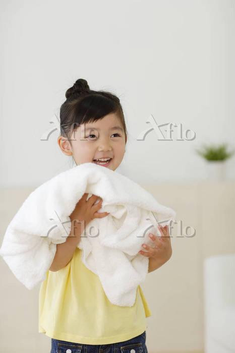 まっ白なタオルを持った女の子