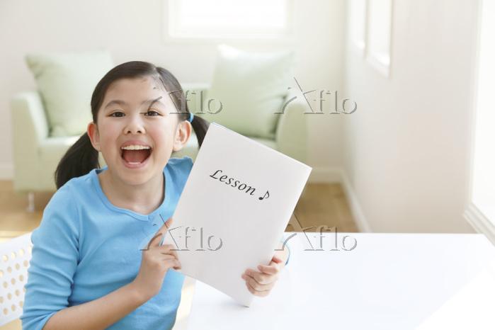 レッスンノートを持つ日本人の女の子